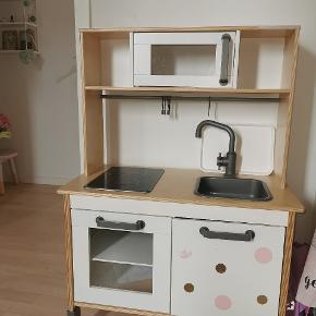 Ikea legekøkken, det sidder lidt klistermærker på (kan tages af) Men ellers fejler det ingenting.