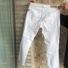 """Hvide """"slidte"""" jeans med huller fra Zara"""