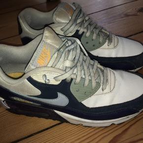 Fede Nike sko i 38,5. Der er lidt slid på hælen indeni og på siderne, men ellers en pæn sål osv.