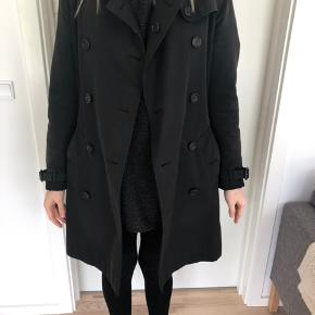 Sælger denne klassiske og elegante Burberry Kensington trenchcoat. Flot stand, men 6 år gammel, så lidt slid må forventes. Kun seriøse henvendelser, tak. :-)