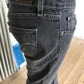 Skinny jeans fra Levis, model 524 too superlow med stretch. størrelsen 27, længde 32. brugte lidt, fejler intet. Se mål: Talje: 74 cm  hofte: 98 cm. benlængde fra talje og ned: 100 cm.  byttes ikke