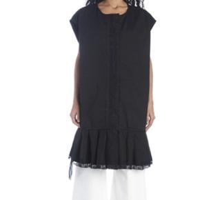 Super fin vest ( kan bruges som kjole ) Der er lynlåsen  og knapper . Den har 2 sidelommer.