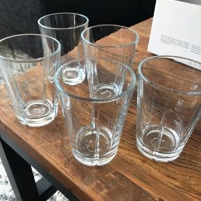 5 stk helt nye Grand Cru glas fra Rosendahl sælges. Aldrig brugt. Kommer i original æske. Afhentes i København K. Fast pris!   Se billeder for mål.   Se gerne mine andre annoncer for mere boligtilbehør