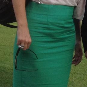 Flot og elegant lys græsgrøn pencilskirt fra Zara.  Trænger til en strygning - deraf folderne på billedet.  Længde: 65 cm Talje: 41 cm Køber betaler Porto med DAO eller kan afhentes på Østerbro