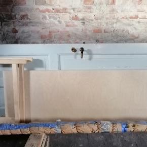 Lækkert egetræs plade med bukke til som skrivebord eller spise bord. Det er ubehandlet egetræ. Længden er 166 bredden er 63 cm