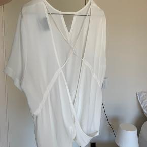 Super fin sommer top/ t-shirt fra Neo noir. Den er aldrig blevet brugt. Flot udskæring på ryggen.