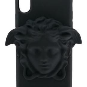 Varetype: Cover Størrelse: X/XS Farve: Sort Oprindelig købspris: 1400 kr. Prisen angivet er inklusiv forsendelse.  Super lækkert cover fra Versace!! Mp.1000
