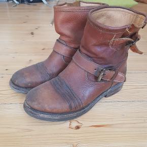 Sælger Ash støvler, jeg tror at det er modellen 'Tears'.  Brugt men i super fin stand. Har stadig mange km i sig. Har lige fået læderfedt.