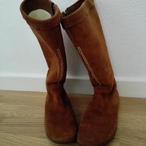 vinterstøvler   SENDES GERNE Diverse tøj og sko; bluse, , jakke. sweaters Flere køb giver rabat. ingen; pletter,huller eller fnug