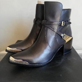 Helt nye støvler fra Rachel Zoe, prøvet på men aldrig brugt da de er for små. De er en  US str 9, som svare til 39,5. (Jeg har været gravid og er nu en str 40-40,5 😥)  Ny pris er lige over 3000.-, jeg har selv købt dem på bud til 1500.-. Byd gerne! 😁