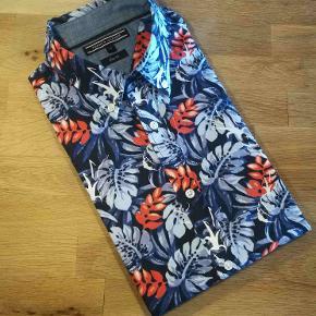 Mega lækker og flot sommer skjorte med korte ærmer fra TH  Se også alle mine andre annoncer med mærkevarer af meget høj kvalitet og stand til vanvittigt lave priser.
