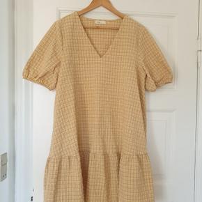 Levete room kjole sælges Str. M  Kun brugt meget få gange Kan hentes i Assens eller sendes på købers regning.