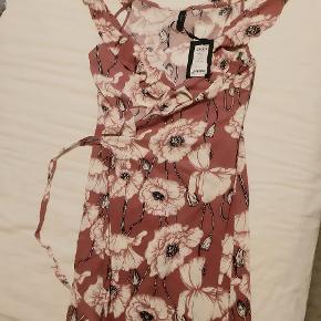 Super flot slåom-kjole fra Y.A.S. med stropper og fine flæseærmer.