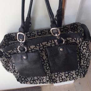 Lækker stor DKNY taske 45x30 med rigtig mange rum. Brugt få gange. Nypris 2300,-