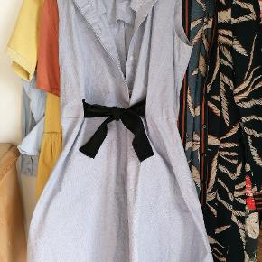 Smuk kjole med bindebånd om maven