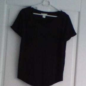 Kr. 45,- pr. stk. Den sorte t-shirt er i str. XS. Fra H&M. Den hvide t-shirt er i str. M. Fra Therese/NIELSENs. Ved forsendelse + porto.