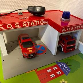 Brand station, med lys og lyd. Incl en bil og brandbil. Samlet 50kr. Afhentes i 6715