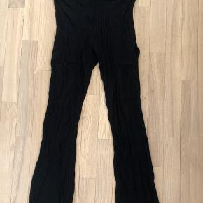 Sælger ribbede Zara leggings som aldrig er brugt pga syningen i Venstre side på benet er gået lidt op.