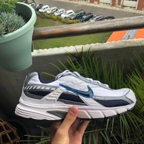 Nike Initiator Str: 44 Cond: Deadstock 10/10 - aldrig brugt eller prøvet på Kommer med boks  Har en masse til salg tag endelig et kig! Sko, tøj og accessories - mænd, kvinder og unisex  Ps: har også størrelse 43 & 45 på min side  Pps. Har 2 par tilgængeligt i denne størrelse