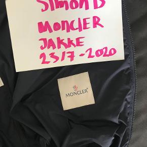 En fantastisk lækker jakkke. Moncler BENOIT, er ikonisk med broderet monogram henover brystet. Der er en skjult lomme bag.Sender gerne flere billeder. Brugt 6 gange, er desværre lidt for stor til mig. Ingen rygning, pletter, slid eller parfume