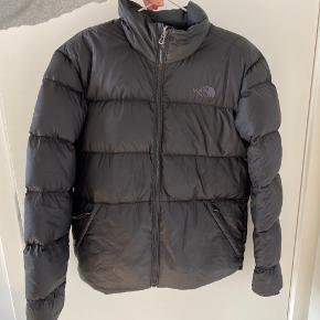 Sælger denne The North Face jakke i small. Nypris var 2225 kr. Den har været brugt 1 sæson.