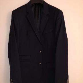 Sælger mit elskede jakkesæt, da jeg ikke længere kan passe det.. Farve: Navy blue  Kommer fra et røgfrit hjem.  Jeg har et billede af mig selv iført jakkesættet, hvis det ønskes.  Brugt 4 gange, og er i meget fin stand - uden tegn på slidtage.  Nypris 4.400kr.