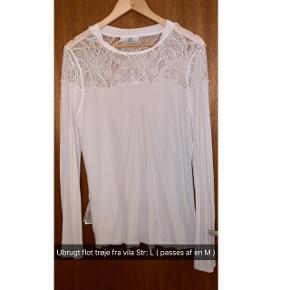 Elegant hvid trøje i en str L & dejlig stof