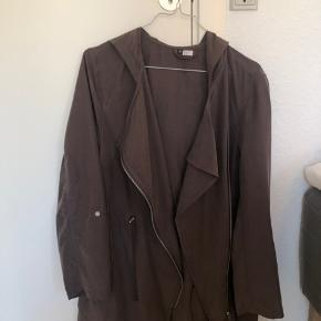 Sælger denne brune/baige jakke fra H&M.  Det er en str. 40, men kan også sagtnes passes af en M.  Den er i rigtig god stand, da den kun er brugt et par gange.  Byd gerne