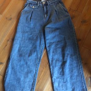 PLUS PORTO  Alt tøj vaskes, før afsendelse!  Model: Front pleat jeans Str. 36/S (er selv ca. 160, og passer godt i længden) Brugt højst 3 gange. Spørg, hvis der ønskes billeder med på!