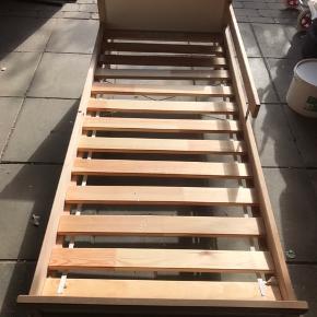 Junior seng fra IKEA i rigtig fin stand. Inkl. Vyssa juniormadras med aftageligt betræk (nyvasket) fra røg og dyrefrit hjem