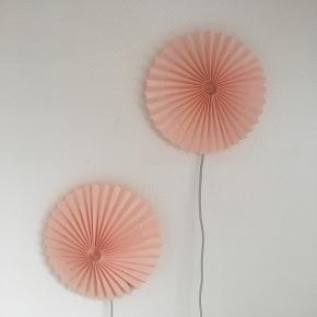 Lyserøde væglamper 🌸 // pris 250 kr. pr. stk. obs den ene har en lille 'plet' (se billede 4) derfor sælges den til kun 230 kr.