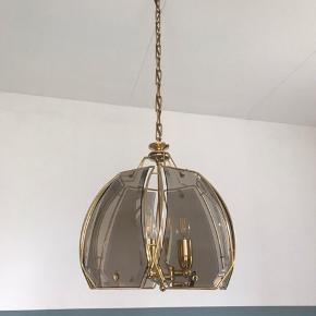 Loftslampe med røg-farvet glas. Man får de smukkeste mønstre på væggen, når den er tændt. Har selv brugt den som spisebordslampe, men den kan sagtens bruges i mange sammenhæng. Sælges udelukkende grundet flytning.