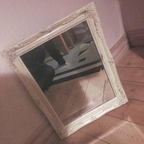 """Fineste vintage spejl med et rustikt look - træ-kanten har et klassisk """"slidt"""" look men det er meningen 😉 Glasset fejler intet.  Måler (rammen) 37x47 cm.  Afhentes i Bramming. Bytter ikke, sender ikke"""