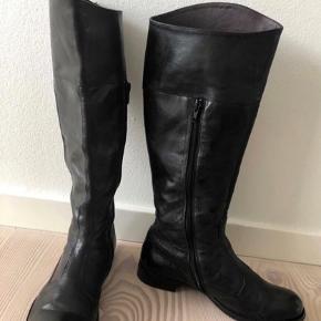 Lækre bløde håndsyet støvler købt hos Scarpa -mærke MDMA made in Italy Øverste omkreds måler: 36.5 cm  Brugt få gange og minimalt slid på sålen.