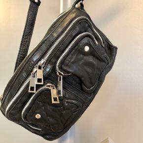 Núnoo Stine washed taske. En cool hverdagstaske, som kan rumme pung, mobil, nøgler og lipgloss i vasket læder. Nypris 899 kroner   Se også mine øvrige annoncer, hvor der blandt andet er stilletter og kjoler til under 100 kroner 😍