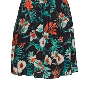 Lækker kimono i 100% Viscose af det Danske mærke Gestuz. Brugt få gange gange. Stor og vid pasform, jeg bruger normalt 38/M.  Længde 90 cm.  Har også nederdel til, se i min shop🌸  Prisen er fast, handler via køb nu og sendes derefter ned DAO❣️