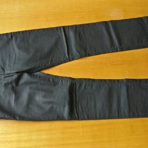 Varetype: mand bukser Størrelse: 33 Farve: Sort Oprindelig købspris: 1200 kr.  Fede bukser fra J.Lindeberg i et skinnede sort look, fremstå stort set som lige fra butikkerne. Første billede et modelbillede str. W:33 L:32 måler ca. 42 cm i livet målt fladt på tværs, 74 fra skridtet og 100 i fuld længde