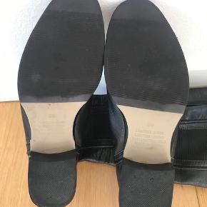 Over knæet læderstøvler med elastik Kender ikke mærket, købt i en lille boutique i Sydney.  Brugt 2 gange  Hæl 4cm Længde 56cm  Pris fra ny 1300kr.   Kan afhentes i Kbh. K.  Sender gerne, køber betaler porto