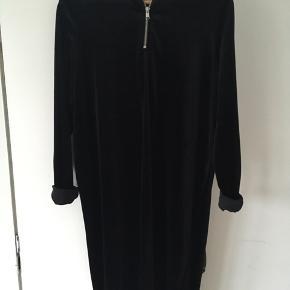 Flot sort velourkjole med lynlås ved halsen