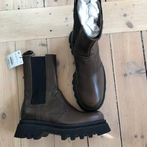 Sælger disse helt nye udsolgte Zara støvler, da de er for store til mig. Jeg bruger 38, men den svarer til en 39.  Bud starter fra 999,- ellers bliver de sendt tilbage.  Handler kun via mobilepay og køber betaler fragt.