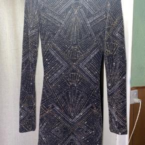 Flot sølv/sort glimmer kjole med guld mønster i str xs (32)  Aldrig brugt - så står som ny ✨