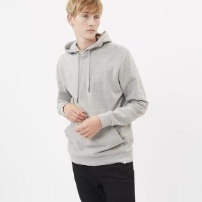 Sælger denne lækre hættetrøje fra det populære danske modemærke Minimum. Den er aldrig brugt.  Byd!