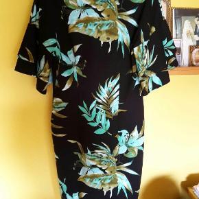 Super lækker kjole sælges, fejlkøb, nypris 1349 kr. Den er helt ny med prismærke. Kom gerne med bud, får den desværre ikke brugt, sender hurtigt ved køb :-)