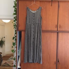 Vintage H&M kjole. Den er lang med knapper det meste af vejen ned. Den fungere også rigtig godt med bukser og trøje under.