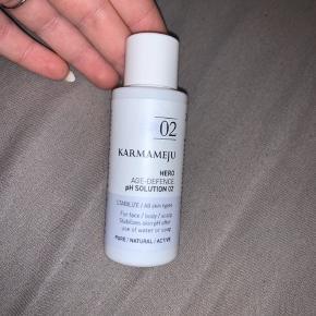 Denne karmamejus er ubrugt  Karmamejus HERO pH Solution er klar serumslignende væske som påføres huden, og som hjælper med at genopbygge hudens beskyttende barriere som også kaldes syrekappen :)  50 ml