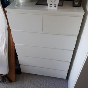 Malm kommode med 6 skuffer fra IKEA Fin stand med få brugsspor  B 80 cm D 48 cm H 123 cm  Ny pris 799 kr. Din pris 599 kr.  Bud modtages Kan afhentes i Bjerringbro  Efter aftale kan den bringes til Sabro eller Lystrup mod forudbetaling samt benzinpenge