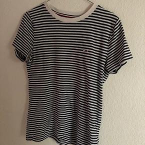 T-shirt fra Tommy Hilfiger. Str s, næsten aldrig brugt. Nyprisen var 400.  Byd💗
