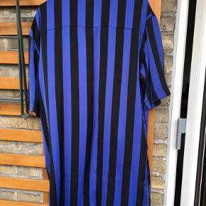 Kjole str. L - blå/sort stribet.  Længde lige omkring knæ. Har slids i begge sider.  Brugt en enkelt gang.