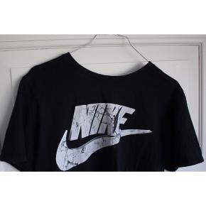 Nike T-shirt -Marmor mønster på logoet - 100% bomuld    Pasform:  -Passer en str. Medium