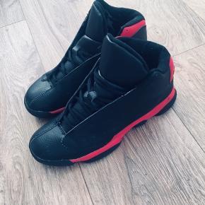 Fede sneakers med røde detaljer. Str 40